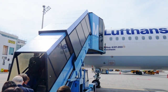 Lufthansa - Airbus A321 - Remote boarding