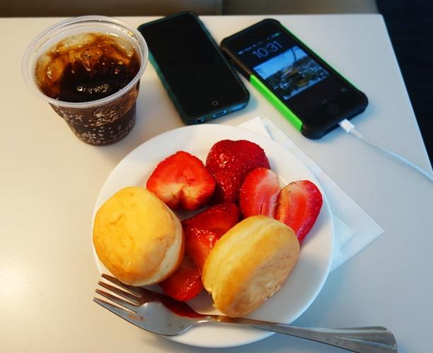 United Club, airline club breakfast, strawberries, phone charging