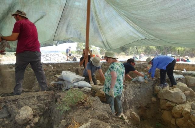 sandbags, archaeology, khirbet al-ra'i, dig